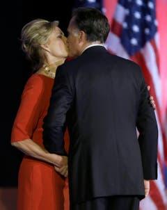 Ein Kuss für den Verlierer: Mitt Romney mit seiner Ehefrau Ann. (Bild: Keystone)