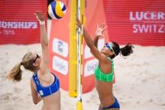 Veltman Kelsey (Kanada, links) gegen Michela Lantignotti (Italien) (Bild: FIVB)