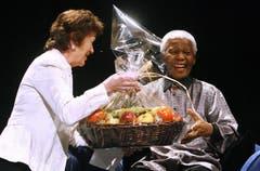 Nelson Mandela erhält im July 2007 von der Irischen Präsidentin Mary Robinson einen Früchtekorb (Bild: Keystone)