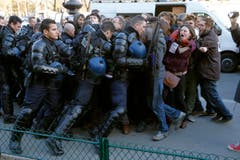 Astronauten demonstrieren fürs Klima? Nein, hier findet ein Gerangel zwischen Polizisten und Demosntranten statt. (Bild: EPA / Yoan Valat)