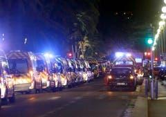 Dutzende Ambulanzwagen waren eingetroffen, um die Verletzten zu versorgen und die Toten abzutransportieren. (Bild: Claude Paris)