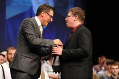 Claudio Deplanzes gratuliert Sandro Schnüriger (links) zum UKB-Preis. (Bild: Urs Hanhart)