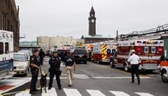 Die Ambulanzen und Feuerwehr sind vor Ort. (Bild: EPA/JUSTIN LANE)