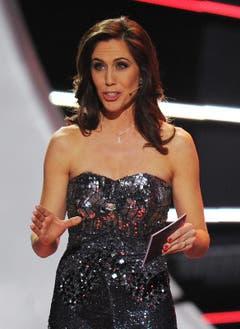 Moderatorin Susanne Wille führt in extravagantem Kleid durch den Abend. (Bild: Keystone)