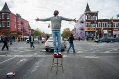 Ein Demosntrant referiert auf einem Stuhl. (Bild: Keystone/EPA/Noah Scialom)