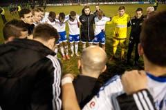 Die Spieler stehen zusammmen nach dem Spiel. (Bild: Boris Bürgisser (Neue LZ))