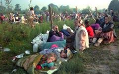 Ein Bild aus den Tagen des Schreckens: Am 14. Juli 1995 verbringen Frauen und Kinder in der bosnischen Enklave die Nacht im Freien. Ihre Männer haben die serbischen Soldaten von ihnen getrennt. (Bild: AP Photo / Darko Bandic)