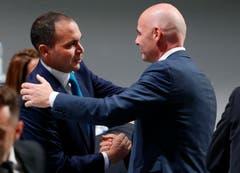 Der neue Fifa-Präsident Gianni nimmt die Gratulation seines Gegenkandidaten Prince Ali Al-Hussein von Jordanien entgegen. (Bild: AP/Michael Probst)