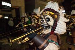 Die Schügumugger Ämme verkleiden sich als Totenkopf-Indianer. (Bild: Edi Ettlin / Neue OZ)