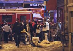 Opfer des Terroranschlags sind umgeben von Polizei und Rettungskräften. (Bild: AP/Jacques Brinon)