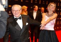 Verleger Hubert Burda zieht am 27. November 2008 vor der Verleihung des Bambi-Medienpreises in Offenburg seine Frau Maria Furtwängler über den roten Teppich. (Bild: Keystone)