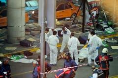 Nach Angaben des türkischen Ministerpräsidenten trafen die Attentäter am Dienstagabend mit dem Taxi am Flughafen ein. Im Terminalgebäude hätten sie dann das Feuer aus Maschinengewehren eröffnet, ehe sie sich selbst in die Luft sprengten. (Bild: Emrah Gurel)