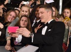 Bayern-Star und Nationalmannschaftsspieler Bastian Schweinsteiger stand bei den Fans ebenfalls hoch im Kurs. (Bild: Keystone)