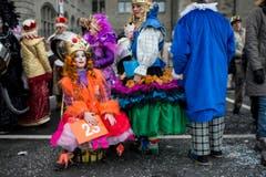 """Kostümierte Personen laufen am Umzug """"ZüriCarneval 2015"""" durch die Zürcher Innenstadt. (Bild: ENNIO LEANZA)"""