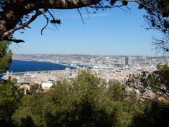 Warum nicht bei der Kathedrale Notre Dame de la Garde stehen und auf die riesige Stadt Marseille sehen ? (Bild: Margrith Imhof-Röthlin)