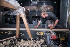 Ein Bühnenbauer beim Hobeln. (Bild: Boris Bürgisser)