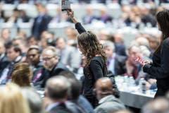 Zwei Frauen können während der Versammlung in die Halle eindringen. (Bild: EPA/PATRICK B. KRAEMER)