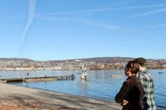 Spaziergang bei frühlingshaften Temperaturen mitten im Herbst am Zürichsee. (Bild: Keystone/Walter Bieri)