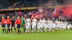 Die Mannschaften betreten das Spielfeld. (Bild: Keystone / Georgios Kefalas))