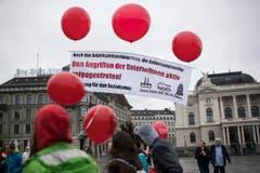 Ballone und Transparente. (Bild: KEYSTONE/Ennio Leanza)