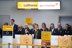 Mittwoch, 10.53 Uhr am Schalter der Lufthansa in Düsseldorf: Angestellte gedenken mit einer Schweigeminute der Opfer des Germanwings-Absturzes. (Bild: Keystone)