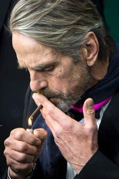 Der Schauspieler Jeremy Irons zündet sich eine Zigarette an. Er kam wegen des Films 'The Man Who Knew Infinity'. (Bild: Keystone)