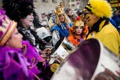 """Kostümierte Personen spielen Musik und laufen am Umzug """"ZüriCarneval 2015"""". (Bild: ENNIO LEANZA)"""
