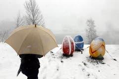 Das grosse Osternest in der verschneiten Landschaft am Lungernsee. (Bild: Keystone)