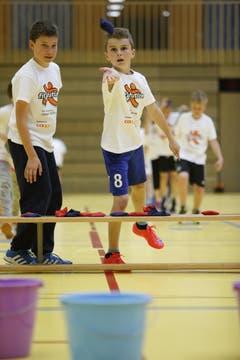 Sie tragen dieselben weissen T-Shirts mit aufgedrucktem Logo «Fit4future» und sie bewegen sich. (Bild: Stefan Kaiser / Neue ZZ)