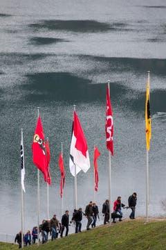 Teilnehmer steigen vom Ägerisee her zum Schiessplatz. (Bild: Keystone/ALEXANDRA WEY)