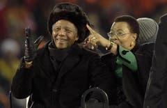 Nelson Mandela verfolgt mit seiner Frau Graca Machel ein Spiel der Fussball-WM in Johannesburg im July 2010. (Bild: Keystone)