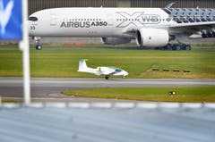 Ein Airbus A350 XWB (hinten) und ein Airbus E-Fan (vorne) Flugzeug. (Bild: PACSAL PIGEYRE / MASTERFILMS / A)