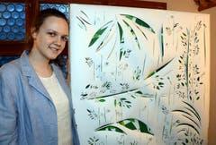 Kimentina Stoimenova stellt mittels Scherenschnitttechnik den Raubbau an den Urwäldern dar. (Bild: Romano Cuonz/Neue NZ)
