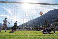 Naters Torhüter Michael Kurmann (links) kann nur noch zuschauen, wie Marco Schneuwly den Ball im Netz versenkt. (Bild: OLIVIER MAIRE)