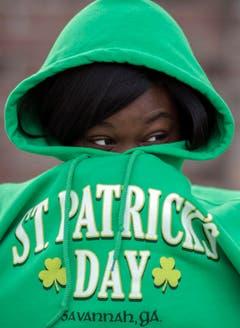 Eine Frau muss sich vor der Parade in Savannah warm halten. (Bild: Keystone)
