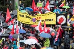 Rund zehntausend Personen nahmen am 1. Mai Umzug in Zürich teil. (Bild: KEYSTONE/Ennio Leanza)