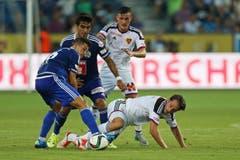 Luzerns Remo Freuler (links) und Dario Lezcano (mitte) gegen Basels Luca Zuffi. (Bild: Philipp Schmidli)