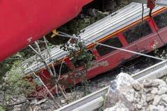 Die Passagiere haben sich in grosser Gefahr befunden: Die Wagen sprangen in einem Steilhang rund 100 Meter über der Oberfläche des Solis-Stausees aus den Schienen. Die Wagons hätten in den See stürzen können. (Bild: Keystone)