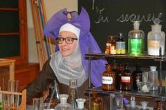 Silvie Kohler als Lehrschwester im Physikzimmer. (Bild: Romano Cuonz)