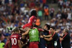 Die Portugiesen feiern das Tor. (Bild: Keystone)