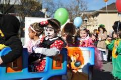 An der Kinderfasnacht Hergiswil sorgten längst nicht nur die Kleinen für die fasnächtliche Stimmung. (Bild: Matthias Piazza (Hergiswil, 17. Februar 2017))