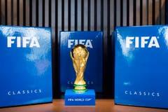 Darf nicht fehlen: Der Original-Weltmeister-Pokal. (Bild: Keystone / Ennio Leanza)