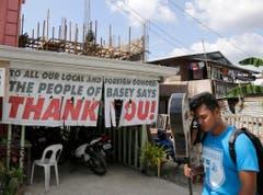 Überlebende zeigen ihre Dankbarkeit für alle Hilfe auf einem Plakat. (Bild: Keystone)
