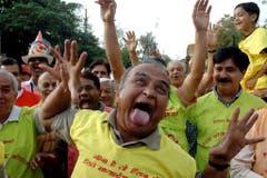 Mitglieder eines Lachclubs nehmen am 2. Mai 2010 in Indien an einer Parade zum Weltlachtag teil. (Bild: Keystone)
