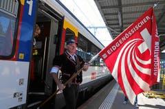 Ankunft der Fahne im Bahnhof Burgdorf: Die Zentralfahne des Eidg. Schwingerverbandes wird von einer Delegation aus Frauenfeld, dem Austragungsort von 2010, nach Burgdorf begleitet. (Bild: Swiss-Image / Andy Mettler)