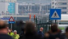 Wuchtige Explosionen: Das Bild zeigt im Hintergrund die völlig zerborstene Empfangshalle des Flughafens Zaventem. (Bild: EPA/OLIVIER HOSLET)