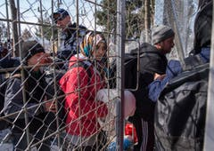 Migrants wait at border between Greece and Macedonia (Bild: Keystone)