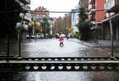 Ab Donnerstagmorgen werde es zu einer zweitägigen Regenpause kommen, sagte ein MeteoSchweiz-Sprecher auf Anfrage der Nachrichtenagentur sda. In der Nacht von Freitag müsse man dann aber bereits wieder mit intensivem Dauerregen rechnen. (Bild: Keystone)