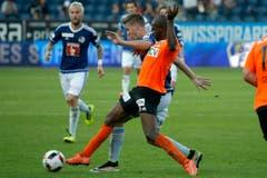 Der Luzerner Cedric Itten im Spiel gegen den Lausannes Marcus Plinio Diniz Paixao. (Bild: Alexandra Wey / Keystone)