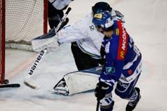 Der Luzerner Goalie Stefan Märchy wehrt einen Schuss ab. (Bild: Stefan Kaiser)
